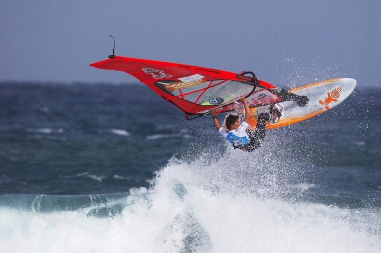 Daida Moreno surft auf Maui Ultra Fins
